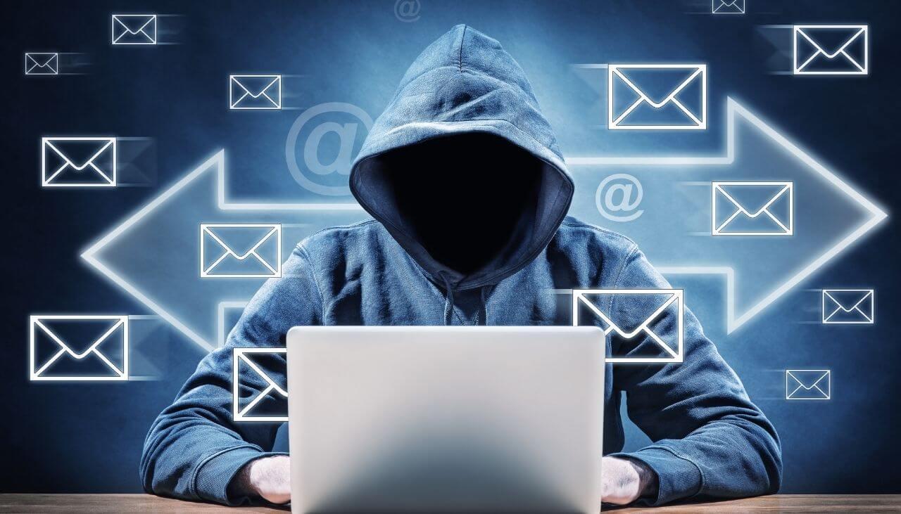 pirate envoyant du spam avec des macros malveillantes